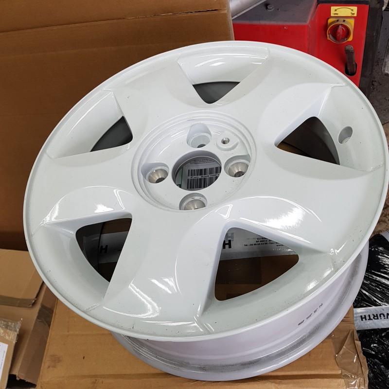 renault twingo 2 phase 1 roue alliage 15 pouce alizar couleur blanche 8200449952. Black Bedroom Furniture Sets. Home Design Ideas